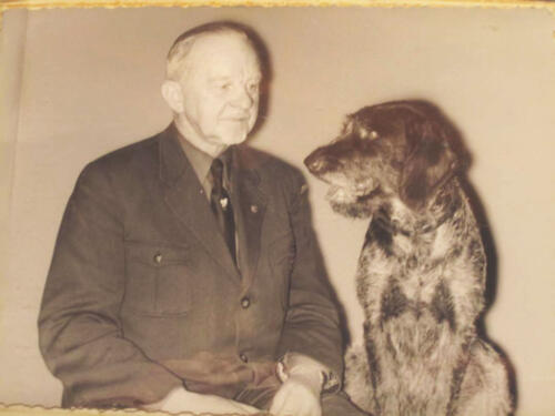 R.H. mit Hund
